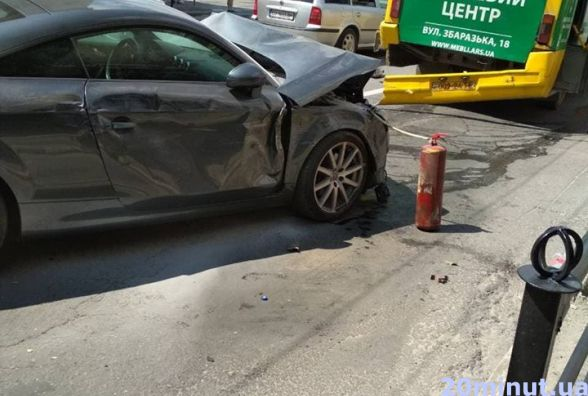 """ДТП на Бандери: нігерієць на """"Ауді"""" розбив дві маршрутки та дві легківки (оновлено)"""