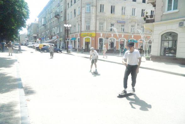 Тернопільські скейтбордисти влаштували змагання посеред вулиці