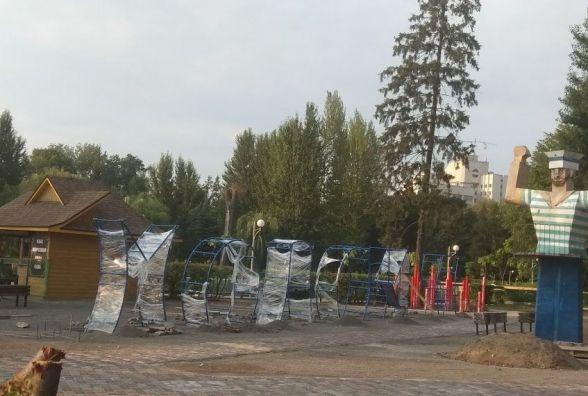 На майданчик біля Дяді Стьопи привезли нові елементи