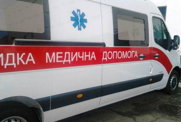 На Тернопільщині вантажівка в'їхала у огорожу. Та впала на лавку, де сиділа пенсіонерка