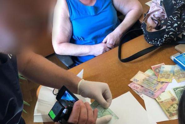 Керівник комунальної установи попався на хабарі у 100 євро