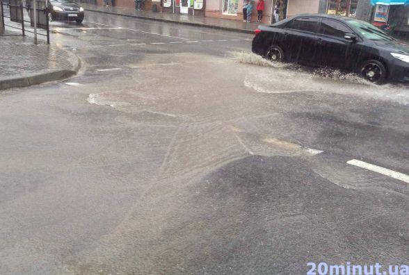 Фото дня: сильна злива затоплює дороги у Тернополі