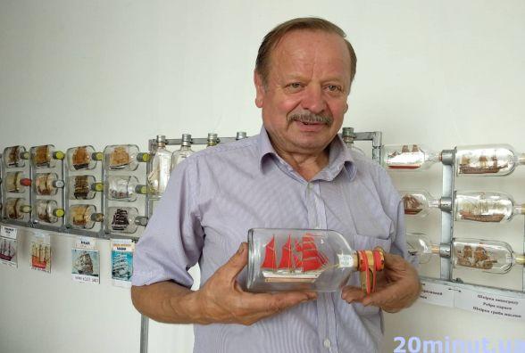 Володимир Ящук будує мініатюрні кораблі у пляшках. Не пропустіть його виставку у Тернополі!