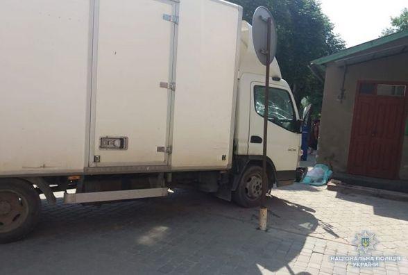 У Чорткові вантажівка на тротуарі збила маму з дитиною. Дівчинка загинула
