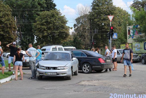 """ДТП на Микулинецькій: побита """"швидка"""" і чотири авто. Є відео з реєстратора (оновлено)"""