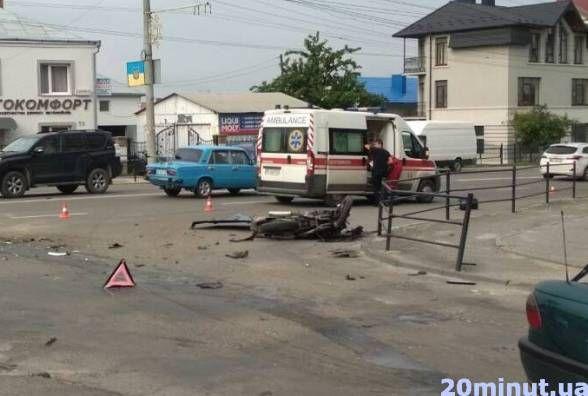 Помер мотоцикліст, який потрапив у аварію на Бандери (оновлено)