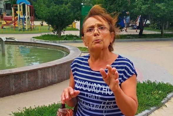 """Жінка відганяє дітей від фонтану біля 28-ї школи. Обіцяє """"дати по зубах"""""""