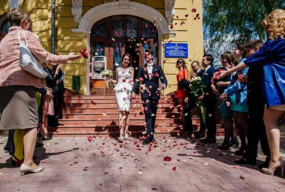 Реєстрація шлюбу – на майдані Волі, а за довідками – на Грушевського
