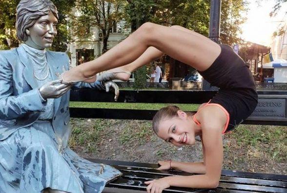 """Фото дня: танцівниця показала трюки біля скульптури """"Випадкова зустріч"""""""