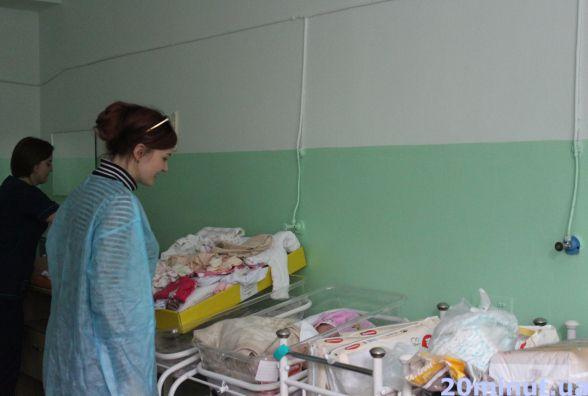 Палату маленької дівчинки, яку залишала мама, небайдужі всипали подарунками