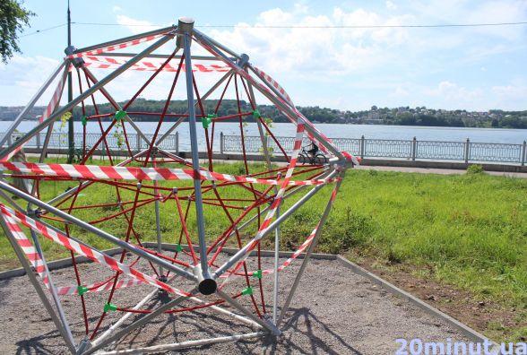 На трав'яному пляжі у парку Шевченка з'явилась незвичайна конструкція: що там облаштовують