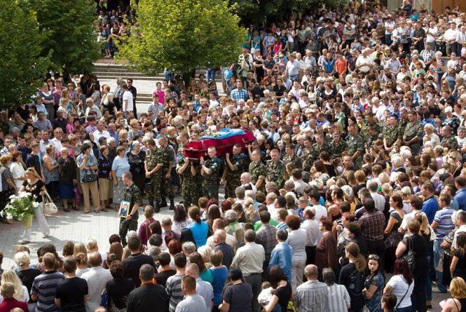 Тисячі людей в Бережанах проводжали в останню путь Олександра Філя