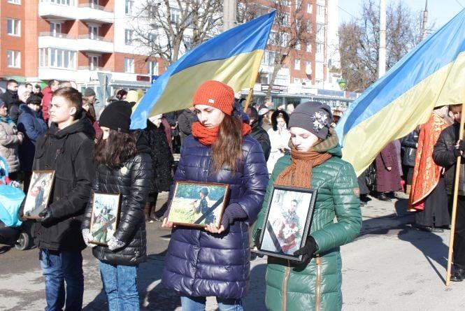 Загиблого в АТО Олександра Орляка зустрічали сотні тернополян