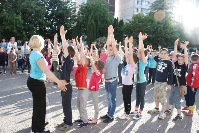 Більше 150 дітей бігали, стрибали та гралися на руханці біля 28-ї школи