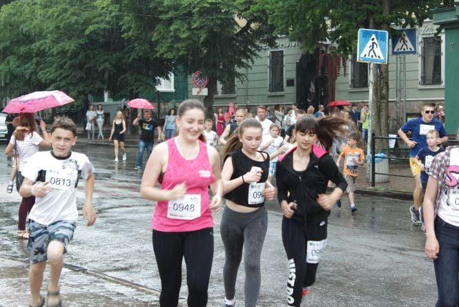 """Учасники забігу """"Рухаємо Тернопіль"""" фінішували під дощем (ОНОВЛЕНО)"""