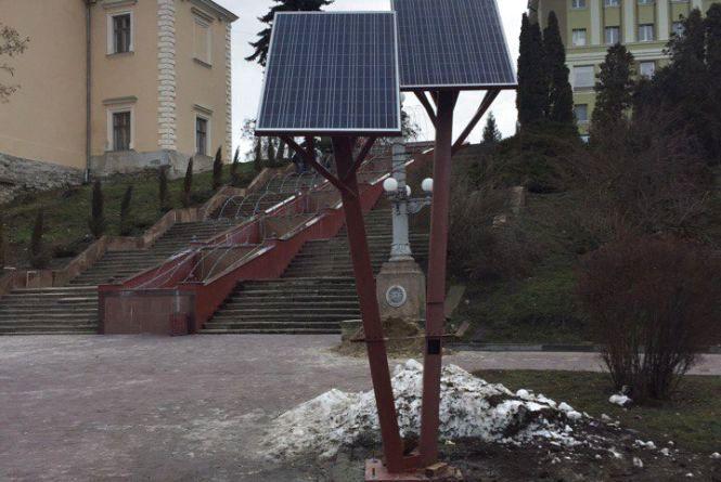 На набережній ставу встановили сонячне дерево
