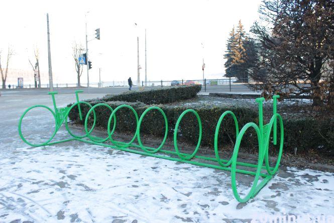 """Фото дня: біля парку """"Топільче"""" встановили нову велопарковку"""