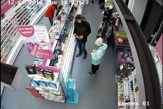 Крадіжка в магазині у центрі міста. Допоможіть встановити злодія.