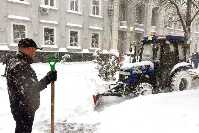 Тернопіль прибирає 27 одиниць снігоочисної техніки, але дороги слизькі