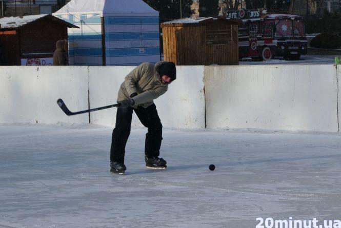Фото дня: у Тернополі грають хокей у 15-градусний мороз