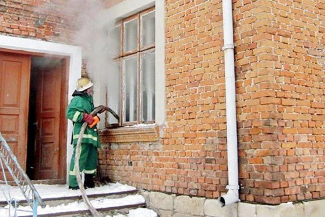 У Зборові з палаючого будинку врятували двох людей