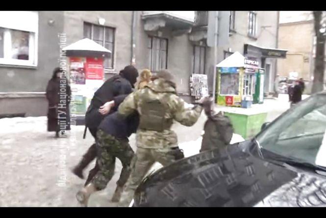 """У центрі Тернополя зупинили бус """"Правого сектору"""" з невідомими, які зірвали засідання суду (оновлене)"""