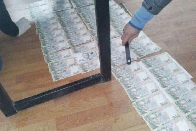 На Тернопільщині держвиконавець попався на хабарі у 30000 гривень