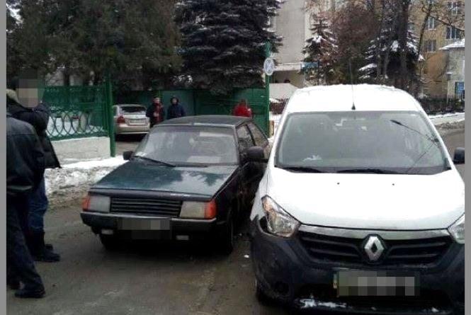 """На Новому світі зіткнулись """"Таврія"""" і Renault"""