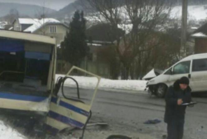 Жителі Тернопільщини потрапили в ДТП на Прикарпатті: один загинув, семеро травмованих