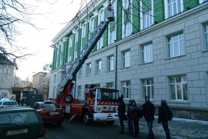 Фото дня: Пожежники позбивали усі бурульки з медичного університету