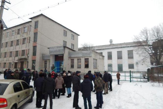 На Лановеччині люди протестують під стінами цукрового заводу