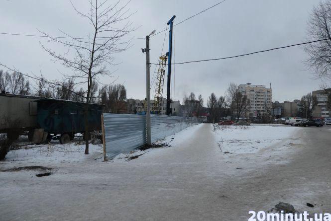 Фото дня: Біля «Орнави» почали будівництво розважального комплексу