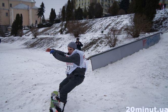 Біля озера показують викрутаси сноубордисти