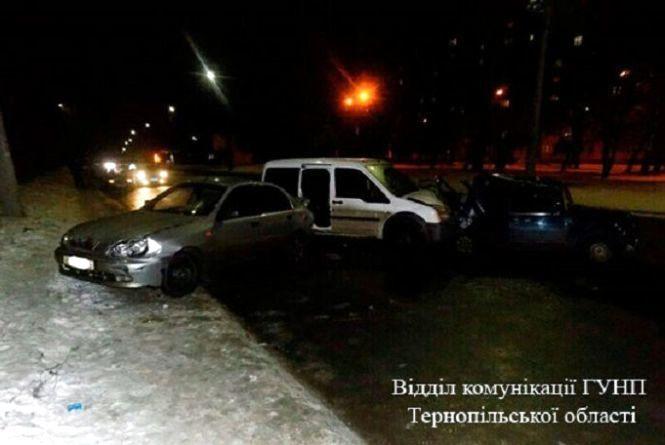 Водій врізався в припарковані машини та втік залишивши своє авто на місці ДТП