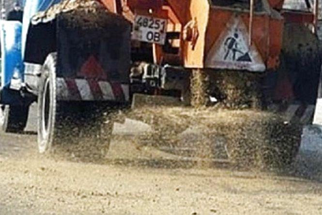 Дороги та тротуари у місті почали чистити ще вночі. Працювало 14 одиниць техніки