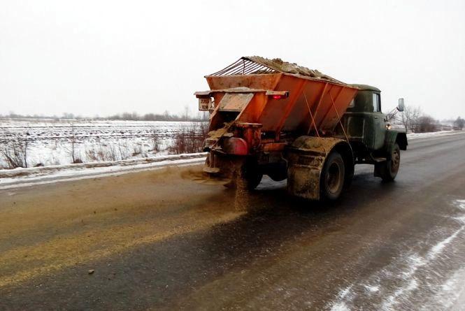 Дороги в області вже посипають, бо замерзає миттєво