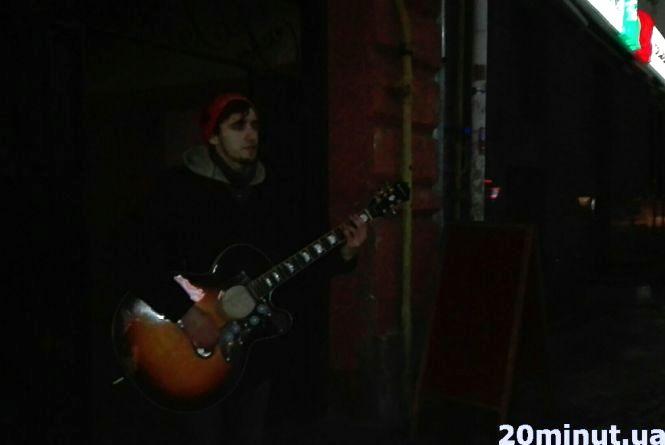 Фото дня: львів'янин на Валовій заспівав пісні Скрябіна