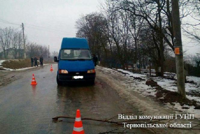На Тернопільщині під колесами буса загинула жінка