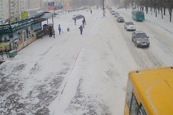 У Тернополі не вщухає сніг: на дорозі затори. Як ви добирались на роботу? (для обговорення)