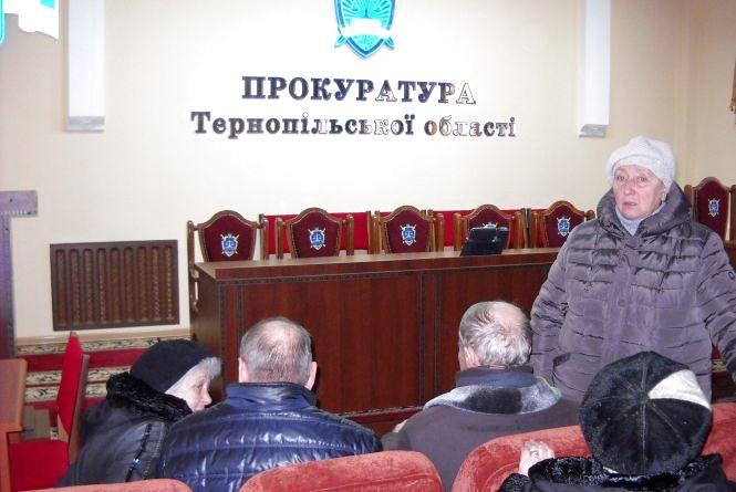 Тернополяни прийшли в прокуратуру боротися за свою землю