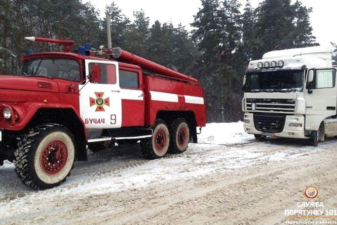 Десяток вантажівок та дві швидких рятувальники витягли зі снігового полону