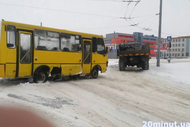 "Біля ""Західного ринку"" маршрутка зіткнулась з Mercedes"