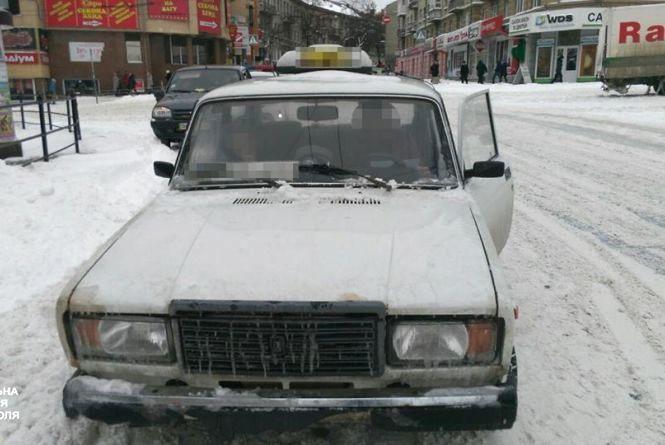 Патрульні оштрафували таксиста, який їздив з номерним знаком у багажнику