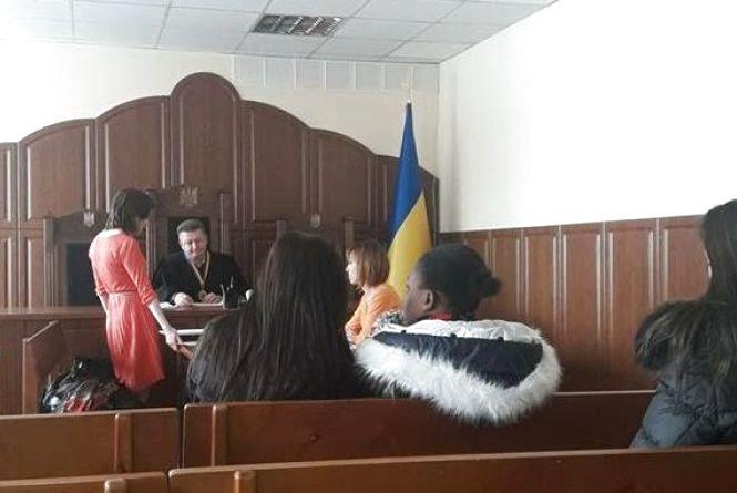 Донька нігерійки, яку восени минулого року виставили з немовлям на двір, вже громадянка України