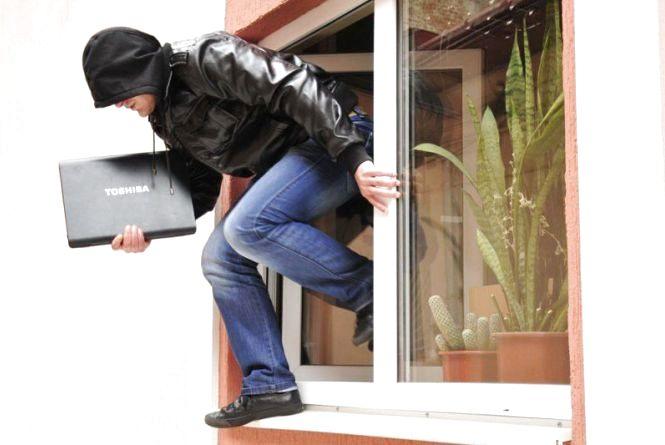 Юнак заліз до квартири через вікно і поцупив ноутбук