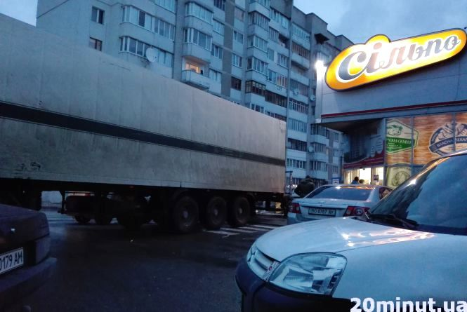 Фура з продуктами загородила проїзд з парковки супермаркету
