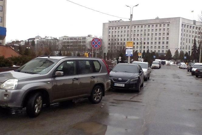 Тернополяни жаліються на водіїв, які паркуються в забороненому місці
