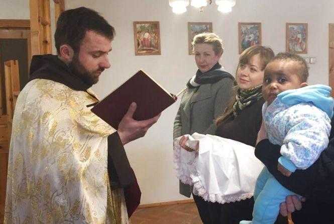 У Тернополі похрестили доньку нігерійки, яку хочуть видворити з України