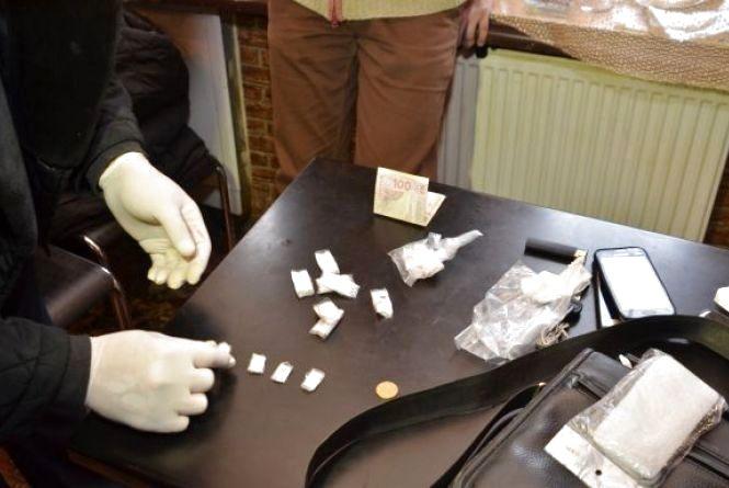 Тернопільських наркоторговців, які продавали психотропні речовини, взяли під варту