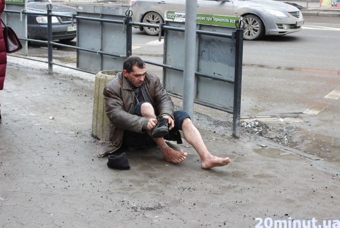 Фото дня: Жебрак із Закарпаття лежить біля світлофора